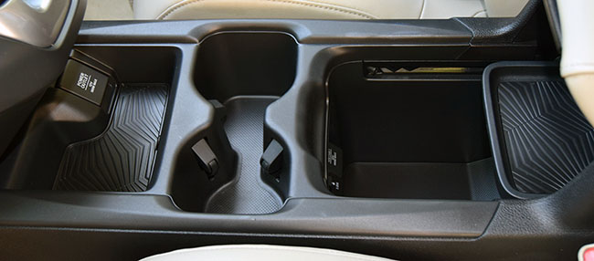 The central console inside of the Honda CR-V 2017