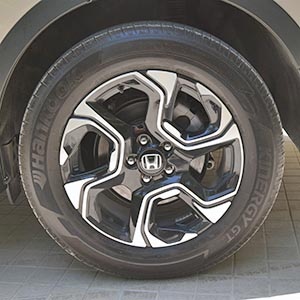 A reader asked for a photo of the Honda CR-V 2017 wheels!